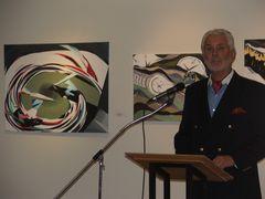 Ausstellungseröffnung durch Wolfgang Redeker (Stiftung für Lippe) - im Hintergrund einige Bilder von Schülern des HVG